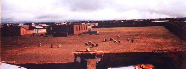 ca. 1986: Die Kapelle entsteht; Schafe weiden dort, wo heute das Hospital steht.