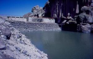 Wasserseite des Staudamms  (Steinschüttdamm mit Kerndichtung)