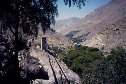 Die Wasserleitung wird vom Hochbehälter - an einem Drahtseil hängend - oberirdisch bis ins Dorf geführt.